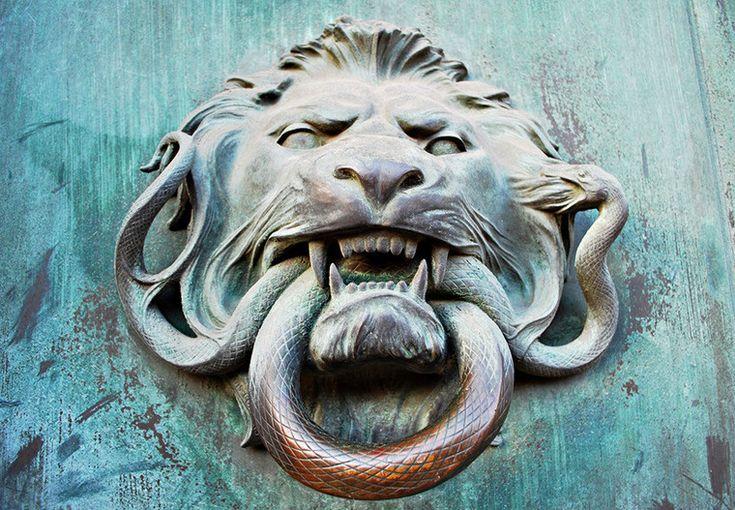 Дверное кольцо в виде головы льва