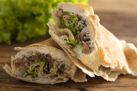 Sanduíche de Tabule, Coalhada Seca e Alface no Pão Sírio