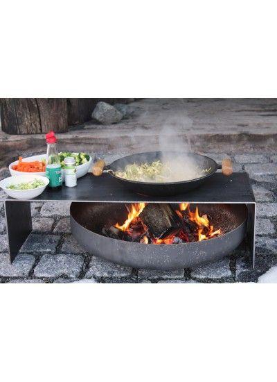 #Feuerschale mit #Bank. #Feuerschale wird hier zum befeuern des #WOK verwendet den man zum kochen einfach auf die Bank stellt. Lustige Idee – endlich …