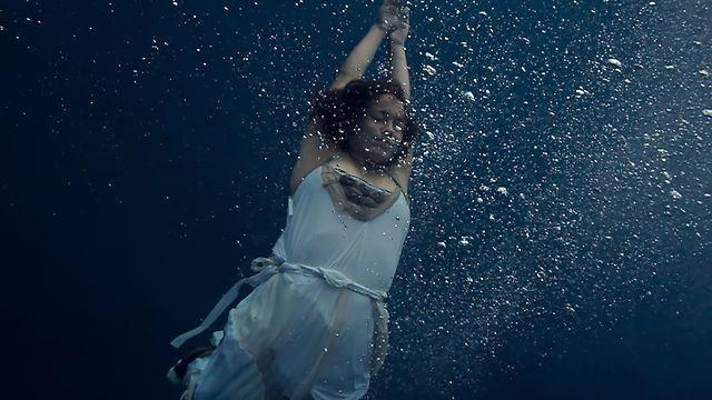 Ein Sommertraum: UNDERWATER by Believe, eine Modenschau im Swimmingpool.