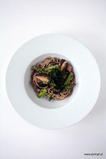 eintopf: makaron soba z zielonymi szparagami, grzybami shii...