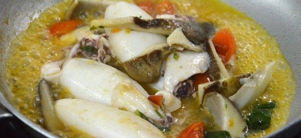 Calamari con funghi antunna e pomodori