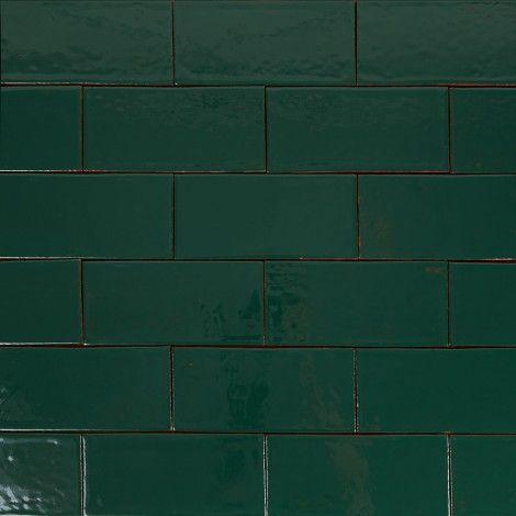 Ścienne płytki rustykalne METRO turkusowa zieleń. Płytki rustykalne glazurowane to płytki ceramiczne pochodzące z rodzinnej manufaktury Rogiński Warsztat Artystyczny. Płytki wykonywane są ręcznie z wysokiej jakości masy klinkierowej, a następnie szkliwione.