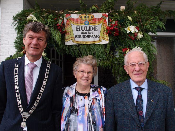 Burgemeester Mans was gister op bezoek bij het 60 jarig bruidspaar Van Stigt. Een diamanten huwelijk, gefeliciteerd! (foto Hans Boot)
