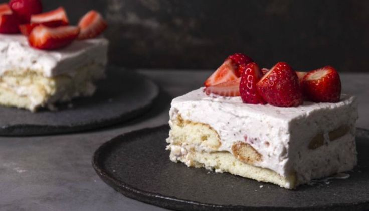 Γλυκό Ψυγείου με Φράουλες: Το πιο Ανοιξιάτικο Γλυκό Έτοιμο σε 20'