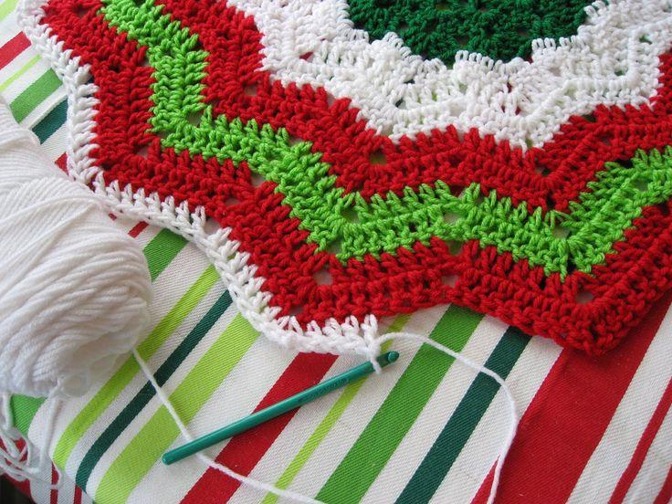 free christmas crochet patterns | Red & White Christmas Tree Skirt Free…