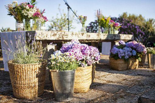 Decoración de flores en altar en el campo - TELVA