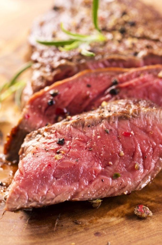 bereiden: Kruid het vlees met peper en zout. Kleur het aan in olijfolie. Draai het vlees in een stuk plasticfolie samen met enkele blaadjes koriander, sesamzaadjes, lente-ui, verse gember, sojasaus, de zeste en het sap van een limoen. Laat een dag marineren.