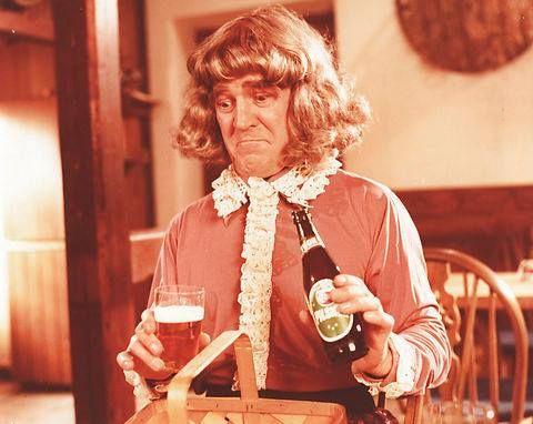 Axel Strøbye som Brand Børge klædt ud som dame, i Brand Børge rykker ud fra 1976