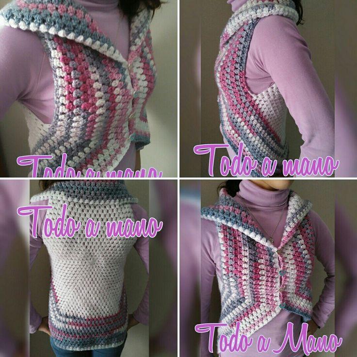 Chaqueta sin mangas tipo poncho, realizada a crochet con punto piña y forma hexagonal.