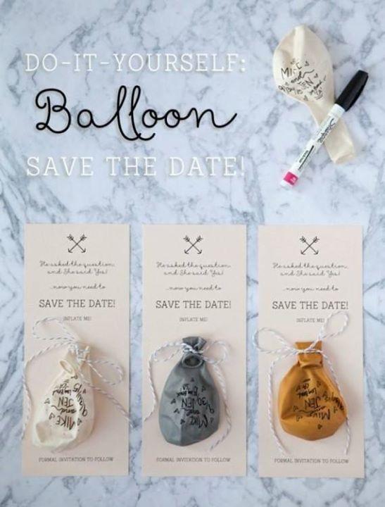 Luftpost auf die besondere Art: Beschriftete Luftballons mit dem Einladungstext.