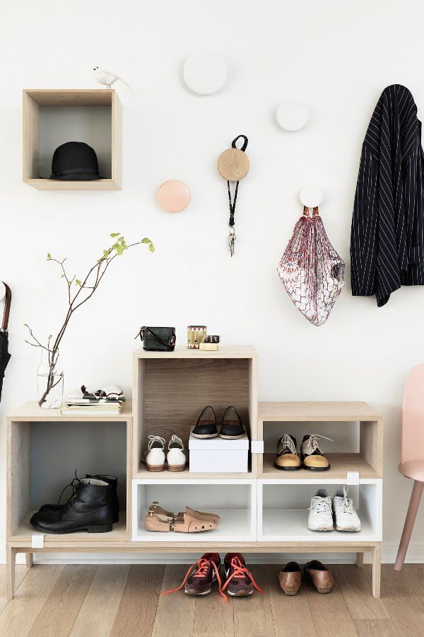 Muuto Stacked kast en Muuto The Dots haken. Perfect voor in de hal!