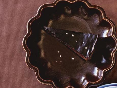 Recept på kladdkaka med lakrits. Saltflingorna ger lite extra sälta till kolaglasyren med choklad och lakrits.