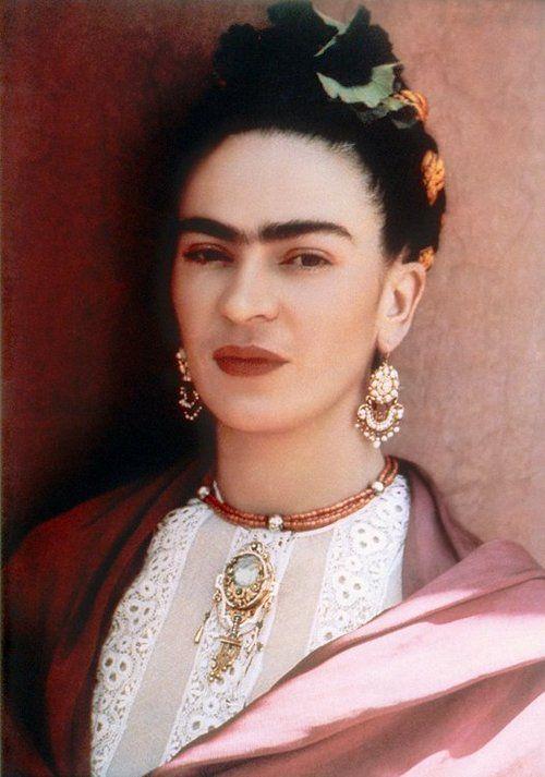 Frida Kahlo >> Sol, Júpiter y Neptuno en Cáncer (en la casa 11). Ascendente y Mercurio en Leo. Luna en Tauro. Venus y Plutón en Géminis.