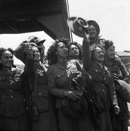 Women's Army Auxiliary Corps WWII | Māori members of Women's Army Auxiliary Corp welcoming Māori ...