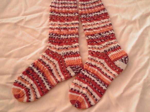海外のソックヤーンで編んだ手編みのソックスです。ふかふかでとても暖かいです。サイズ:23cm~25cm素材:ウール80%,ナイロン20%お手入れ:洗濯機で洗え...|ハンドメイド、手作り、手仕事品の通販・販売・購入ならCreema。