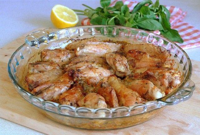 Курица в соусе piri-piri. Джейми Оливер Курица в соусе piri-piri куриные крылышки - 10шт (или голени, бедрышки) - весом около 700гр соль, черный молотый перец растительное масло - 2ст.л. + для смазывания сковороды чили-перец - 1шт красный лук - 1 головка чеснок - 3 зубчика сок 1/2 лимона цедра 1 лимона белый винный уксус - 2ст.л. сушеная паприка - 1ч.л. базилик - 1 пучок
