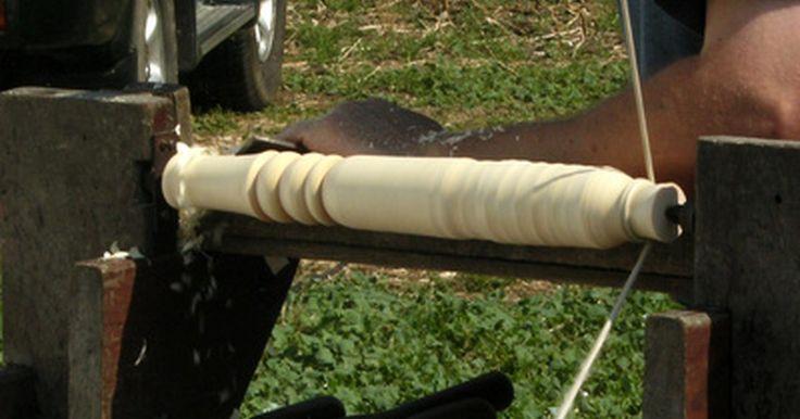 Las herramientas básicas para el torno de madera. El torneado es la practica de tallar la madera que está siendo girada en un torno. Hay solamente dos herramientas que son absolutamente necesarias para hacer el trabajo de madera con un torno. La primera es el torno mismo. La segunda es un formón. La mayoría de los carpinteros utilizan un juego de herramientas para dar forma cuando utilizan tornos ...