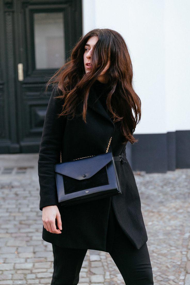 Team Journelles wears #6 – Yildiz Office Outfit Look im Winter. Schwarzer Mantel: Zara, Blazer: Zara, elegante Anzugshose: Tom Tailor, Biker Boots mit Plateau: Bimba y Lola, Tasche: Céline #ootd #outfit #trend #style #look #fashion #inspiration #casual #coat #mantel #allblack #scandic #minimalisitc #celine #blazer #businesslook #black #brunette #longhair