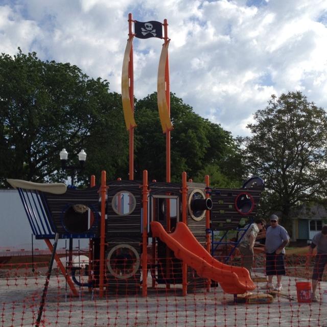 Installing playground equipment in Gladstone, MO.: Playground Equipment, Installations Playground