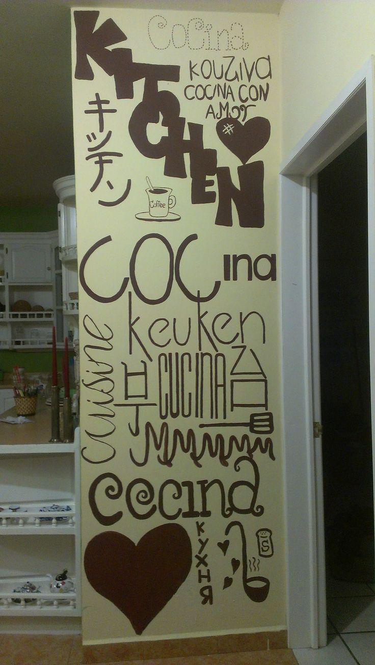 Pared principal de la cocina, con la frase cocina en varios idiomas...