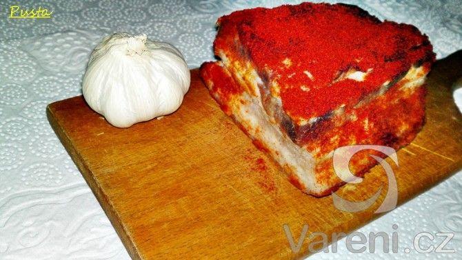 Jde o maďarskou zabijačkovou specialitu, přičemž výsledkem postupu podle tohoto receptu je chutné maso měkké jako máslo.