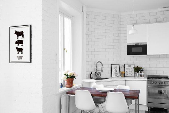 Snygg svartvit inredning i kök. Stilren inredningsstil med posters och prints med styckningsschema och ört schema.