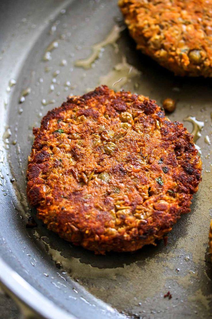 Hamburguesas de lentejas con especias con ensalada de repollo tahini (veganas)