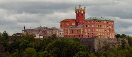 Na bývalém středověkém hradu je umístěna věznice Mírov.