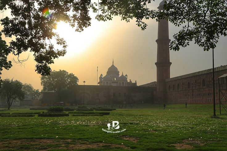 A Sikhkh Gurduwara and Badshahi Mosque in one shot while capturing sun rise moments at Greater Iqbal Park Lahore Pakistan  #beingatraveler #lahore #pakistan #history #historical #sunrise #mosque #gurduwara #sikh #travel #travelphotography #local #desi #park #public #religion