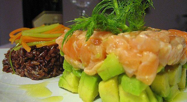 Salmone e avocado in tartare con riso rosso