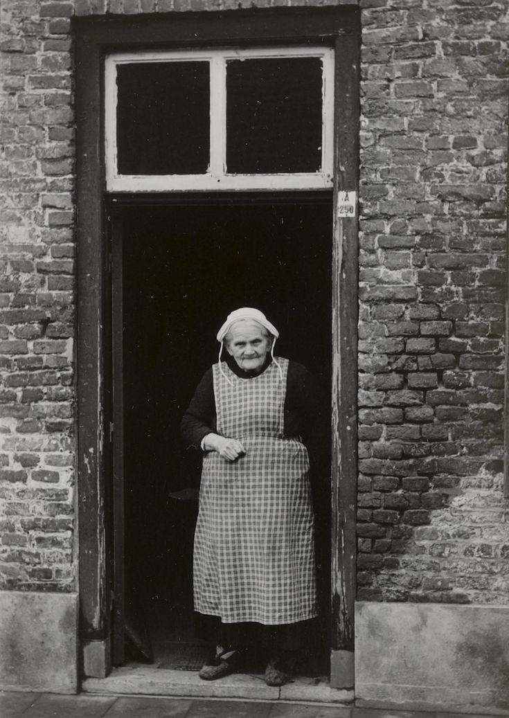 Vrouw in streekdracht uit Oirschot, gekleed in daagse dracht, met werkmutsje. 1950 #NoordBrabant #Kempen