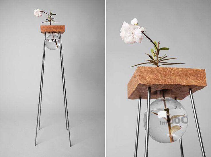 シンプルなガラスの花瓶でこの背の高い木製とスチールのテーブルは、あなたのフラワーアレンジメントを見せるように設計されています。