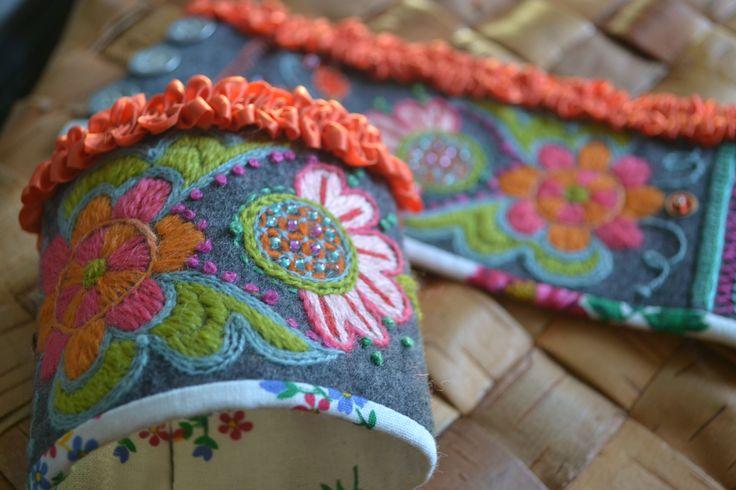 Wool embroidery, handledsvärmare