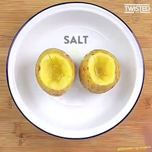 Yummmm😆 ᅠ  Video by @_twistedfood_  ᅠ  Ингредиенты  2 шт. картофель  1 чашка чеддер, тертого'  1/4 чашки хрустящего бекона обжаренного  ранчо соус  зеленый лук, мелко нарезанный  масло  поваренная соль.