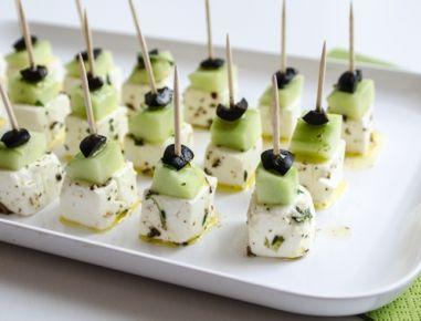 Für die Feta-Käse Spieße mit Gurke die Fenchelsamen in einem Mörser fein mahlen und mit dem Olivenöl, einer Prise Salz und Pfeffer