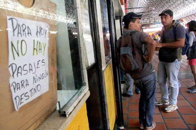 Altos precios y falta de efectivo acabó con la tradición de viajar / Caracas.- Con un descenso de 40% en la afluencia de pasajeros comenzó el asueto de carnaval en los terminales La Bandera y Oriente. Aunque el gobierno nacional anunció el jueves que 50 autobuses fueron habilitados para movilizar a los temporadistas, usuarios denunciaron que no hay boletos por la falta de
