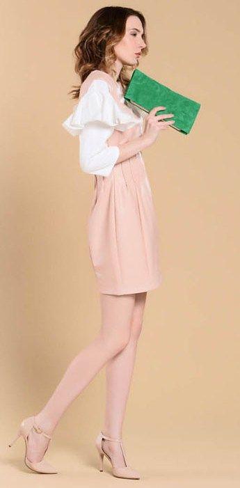 Бежевое платье, бежевая сумка, зеленые туфли