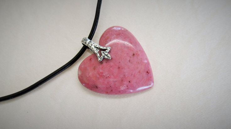 Agate xyloïde rose, bois pétrifié ou silicifié, coeur rose, pendentif, collier cuir noir, argent sterling, Bali, pierre de protection de la boutique Bijoubicou sur Etsy