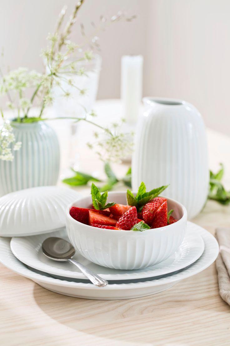 Dit prachtige keramische Hammershøi-potje is eenvoudig en toch stijlvol. Je zet het op tafel als bonbonnière, suikerpot of chocoladeschaaltje bij een kop koffie of thee. Maar je kunt er ook sieraden in bewaren op je nachtkastje, of wattenbolletjes op de badkamer. Voor zoiets moois heb je altijd wel ergens plek!  #keramiek #aardewerk #wit #servies #melkkan #kähler #bonbonniere #tafelen #tafelservies #deensdesign #scandinavischwonen