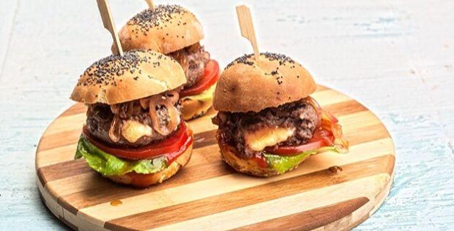 Τα πιο υγιεινά και νόστιμα burger για μικρούς και μεγάλους!Υλικά συνταγής:1 φλ. γάλα1/2 φλ. νερό2 κ.σ. βούτυρο2 κ.σ. ζάχαρη2 κ.γ. αλάτι4-1/2 φλ. αλεύρι1 φάκελο ξερή μαγιά1 αβγόλίγο σ
