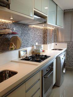 Cozinha linda com bancada em silestone branco e pastilhas de bolinhas da Portobello Shop na parede
