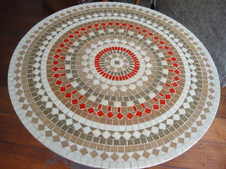 Tampo de Mesa - Marrom com Vermelho de 80 cm, base em madeira MDF e mosaico feito com pastilhas de vidro. by Atelier Márcia Regina.