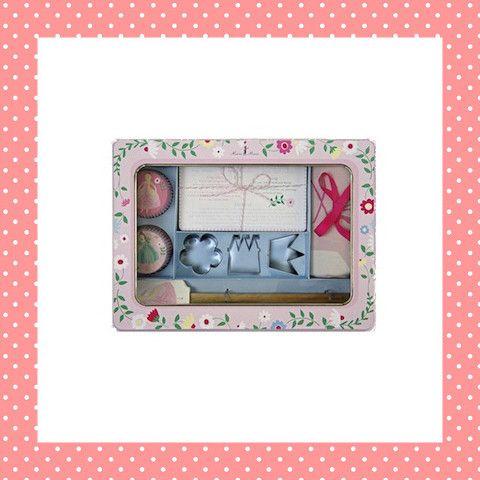 Welke prinses houdt er nu niet van koekjes? Met vormpjes van een kroon, kasteel en bloem. Ook nog cupcakevormpjes, een schort, beslaglepel en receptkaarten in prinsessenstijl.  http://dekinderkookshop.nl/product/cadeaupakket-prinses/