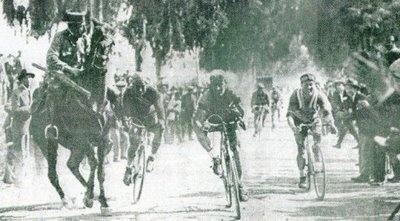 1925 y se disputaba la 5º etapa de la vuelta a Andalucia. Un caballo de la…