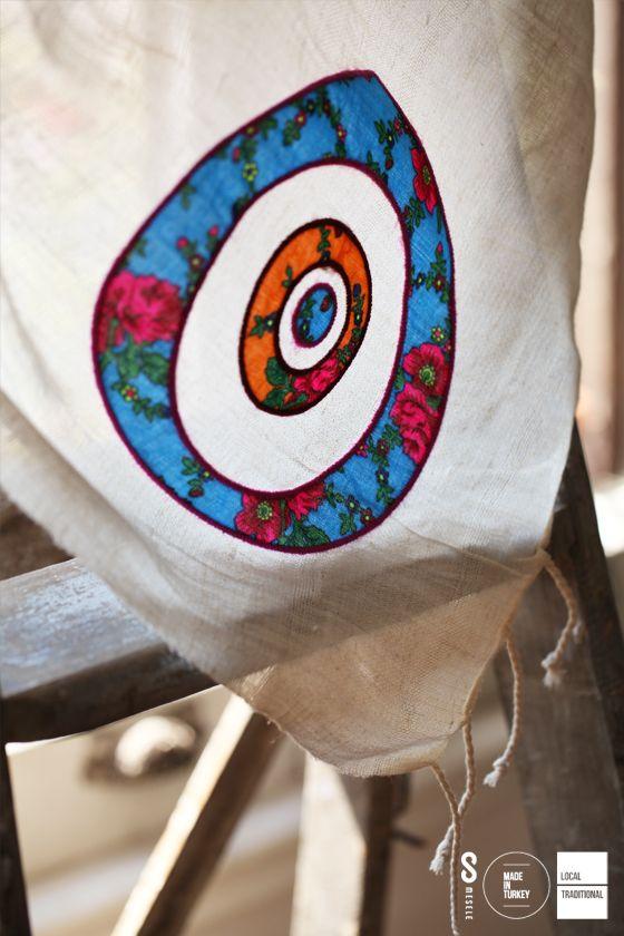 ŞAMANLAR'DA NAZAR MESELESİ Şamanlar'da şeytanın gözünün simgesi olan Nazar Boncuğu, zarar vereceği düşünülen kem gözlerden korunmayı temsil eder. İşte 'Nazar Boncuğu' sembolü, işte kötülüklerden korunma Mesele'si!