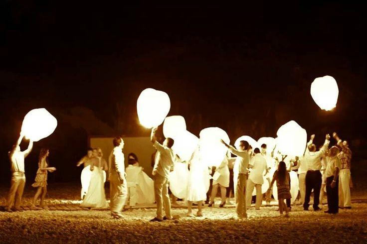 suelta farolillos voladores #ritualceremonia #farolillosvoladores www.lasceremoniasdeisabel.es