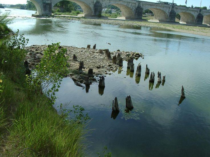 Pieux gallo-romains d'une pile de pont en bois sur la Loire à Tours (Indre-et-Loire, 2003-2005) : 110 pieux ont été datés par dendrochronologie et céramiques entre le 1er et le 2e s. et le pont aurait été détruit vers 300-350.