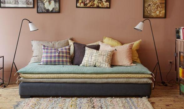 Une banquette avec superpositions de petits matelas pour le salon. http://www.caravane.fr/fr/collections/canaps-et-fauteuils/divans-et-banquettes/