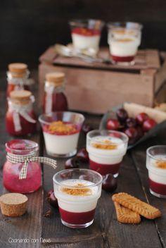 Vasitos cremosos de mascarpone con coulis de cerezas y galletas speculoos